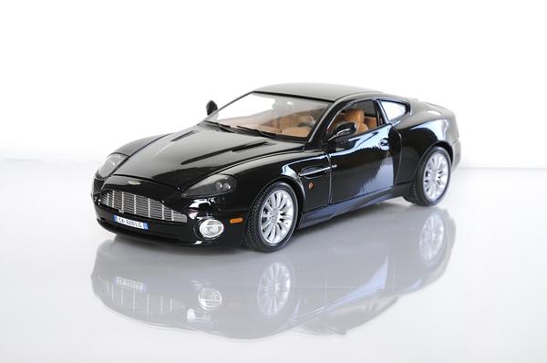 Aston Martin modelbil på plexiglas